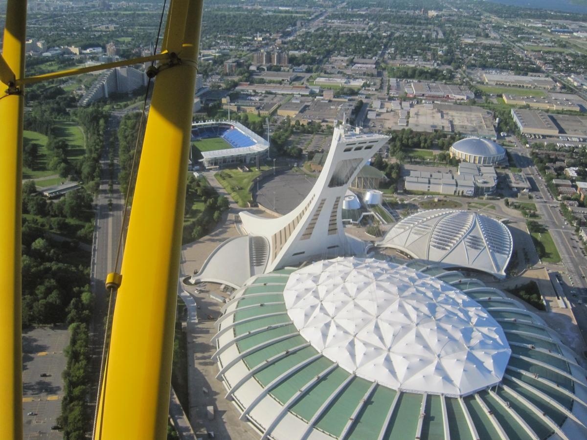 Un avion a survolé la Tour olympique à quatre reprises afin de souligner les célébrations des Éditions Dédicaces.
